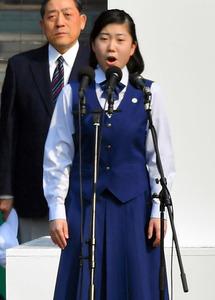 開会式で国歌を独唱する竹内菜緒さん=19日午前9時22分、阪神甲子園球場、上田博志撮影