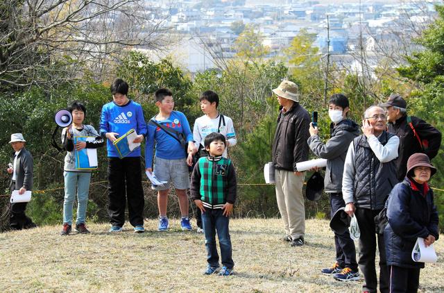 大津西小児童の説明を聴きながら周辺を見回す参加者=鳴門市大津町