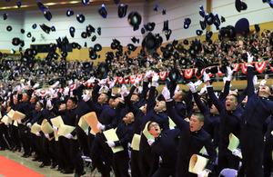 卒業式が終わり、帽子を一斉に投げる防衛大の卒業生たち=19日午前11時54分、神奈川県横須賀市、長島一浩撮影