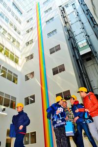 新校舎の1階部分は7階まで吹き抜け。右端に見えるのはエレベーター