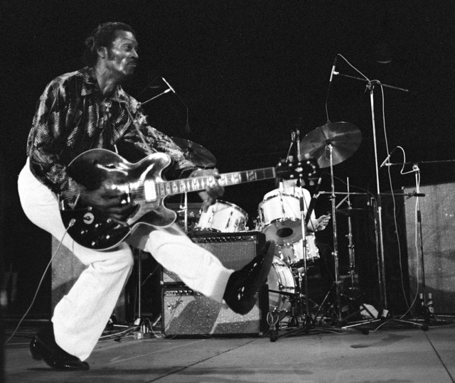 1981年のツアーで演奏するチャック・ベリーさん=AFP時事