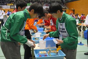 四足歩行ロボットのレースに挑む江戸川学園取手高チーム=つくば市