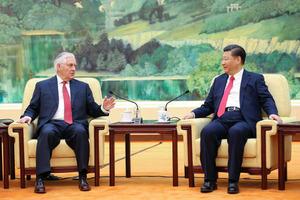 19日、北京の人民大会堂で中国の習近平国家主席(右)と会談する米国のティラーソン国務長官=AFP時事