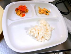 わんずまざー保育園で、2月23日に2歳児に出された給食。外注した約40人分の給食を定員を超える約70人の園児に分けていた(兵庫県姫路市提供)