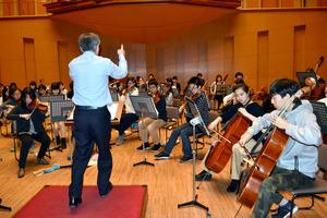 林俊昭さんの指揮で練習に励む市ジュニアオーケストラの団員たち=豊田市西町1丁目の市コンサートホール