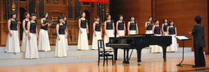 美しい歌声を響かせる「le bel ensemble」=南アルプス市飯野の桃源文化会館