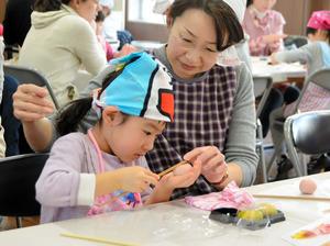 参加した子どもたちは、花びらをつくるため、お箸を使って練り切りにくぼみをつけていた=山形市