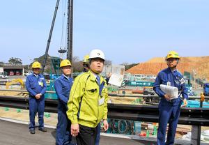 大飯原発を視察し、緊急時対策所の建設現場付近を確認する三日月大造・滋賀県知事(中央)=おおい町