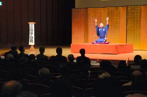 落語家の三遊亭白鳥さん。「脳を使うためには落語を聴くのが一番」=金沢市昭和町