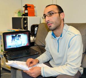 インタビューに応じるファイサル・シェフ氏。ベルギー連続テロ事件の容疑者として拘束された=吉田美智子撮影