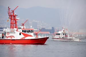 引退した「たちばな」(右)と就航した「たかとり」=神戸市中央区の神戸港