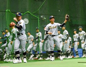 室内練習場でキャッチボールをする東海大市原望洋の選手たち=阪神甲子園球場