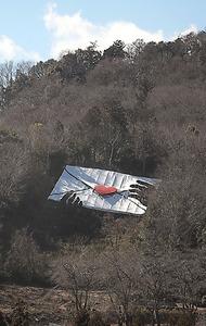 白い「封筒」はテントなどに使われるシートが素材=谷本結利撮影