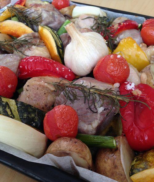 友人宅にそれぞれ1品持ち寄って、食べながらたっぷりおしゃべり。会場になった家では、写真の「ぎゅうぎゅう焼き」を作ってくれました。天板に野菜と肉を敷き詰めて、オーブンで焼いたもの。オリーブ油と塩のシンプルな味付けだけれど、素材の味わいが引き出されていておいしかった!