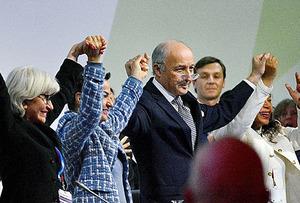 パリ協定が採択された瞬間。採択を喜ぶ人たち=2015年12月、パリ