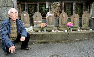 小宮豊さんの自宅のそばにある程久保六地蔵は1795年建立=東京都日野市程久保8丁目