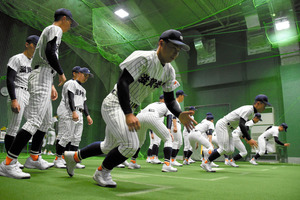 ダッシュをする滋賀学園の選手=阪神甲子園球場