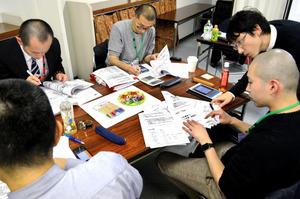 グループに分かれて課題に取り組む寺の住職たち。右が講師を務める井出悦郎・お寺の未来代表理事