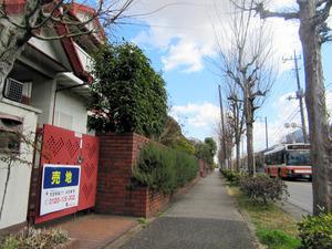 平日の日中は人通りが少ないニュータウン。1時間に3~4本の路線バスが走る=16日、千葉県柏市、峯俊一平撮影