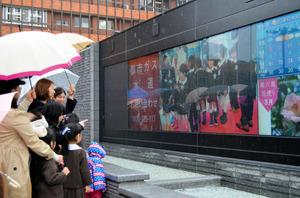 金沢の様々な情報を発信するため庁舎前広場に設置されたデジタルサイネージ=金沢市広坂1丁目