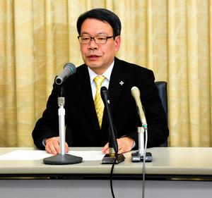 着任の記者会見で話す稲川龍也・高松高検検事長=高松市