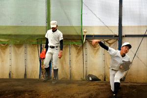 投球練習をする工大福井の投手たち=兵庫県西宮市