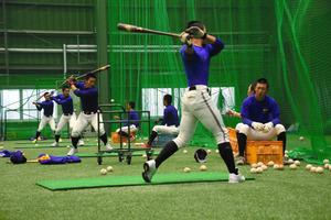 屋内の練習場で打撃練習をする秀岳館の選手たち=大阪府貝塚市半田