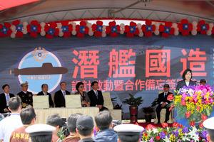 潜水艦の自主建造を正式表明する蔡英文総統(右端)=21日、台湾・高雄の海軍左営基地、西本秀撮影