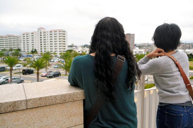 平仲さん(左)と高江洲さん。高校の時からのつきあいが今も続く
