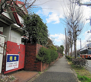 平日の日中は人通りが少ないニュータウン=16日、千葉県柏市