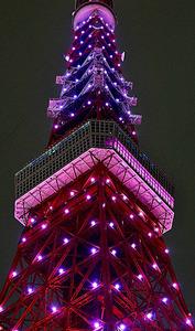 ピンク色にライトアップされた東京タワー=21日午後10時22分、東京都港区、金居達朗撮影