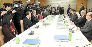 今年1月23日に開かれた有識者会議の会合風景。約2カ月ぶりの再開となる=首相官邸