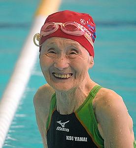 プールで笑顔を浮かべる長岡さん=山口県