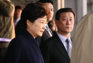 21時間以上に及ぶ調査を終え、ソウル中央地方検察庁を出る朴槿恵前大統領(22日午前6時55分、東亜日報提供)