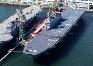 就役した海上自衛隊最大の護衛艦「かが」=22日午前9時47分、横浜市磯子区、朝日新聞社ヘリから、堀英治撮影