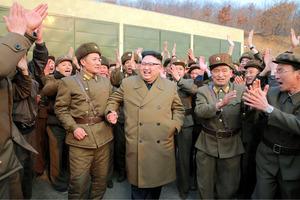 北朝鮮の西海衛星発射場で行われた大出力エンジンの地上燃焼実験を視察する金正恩朝鮮労働党委員長。朝鮮中央通信が19日報じた=朝鮮通信