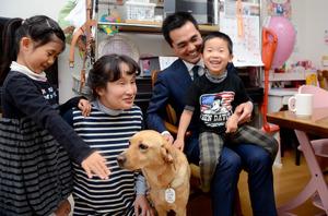 家族4人は、大石亜矢子さんの盲導犬イリーナとともにマンションで暮らす=東京都品川区
