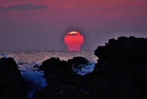 朝の冷え込みで土佐湾に出現した「だるま朝日」=四万十市双海、溝渕幸三さん撮影