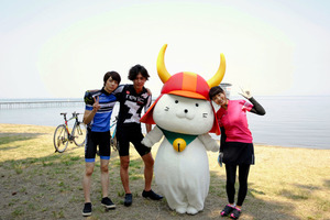 土屋太鳳さん(右)らと写真に納まるひこにゃん=(C)2017「トリガール!」製作委員会