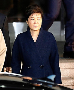 ソウルで22日、検察の庁舎を出る朴槿恵前大統領=ロイター