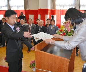 須藤校長から卒業証書を受け取る天野君=相模原市緑区