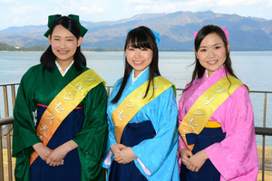 第19代のプリンセス天橋立に選ばれた(右から)中西さん、入柿さん、佐渡さん=宮津市鶴賀
