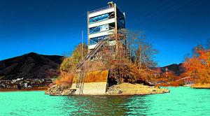 湖上に佇む審判塔