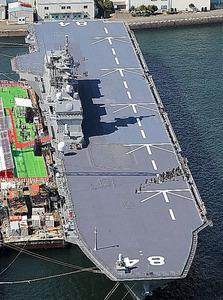 就役した海上自衛隊最大の護衛艦「かが」=22日午前9時47分、横浜市磯子区、本社ヘリから、堀英治撮影