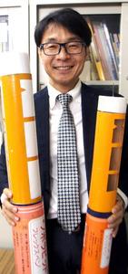 インスリン注射の自作模型を手にする岡田浩さん