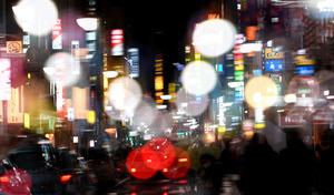 東北一の繁華街、仙台の国分町通も震災後は復興関連の人たちでにぎわいをみせた=21日夜、仙台市青葉区、多重露光、福留庸友撮影