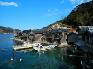 海のそばまで建物が迫る伊根の舟屋。潮位の変化が少なく穏やかな海だからこその風景だ=京都府伊根町