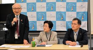 記者会見で日本の核兵器禁止条約の交渉参加を求める(左から)日本被団協の田中熙巳事務局長、児玉三智子事務局次長、ピースボートの川崎哲共同代表=東京・永田町