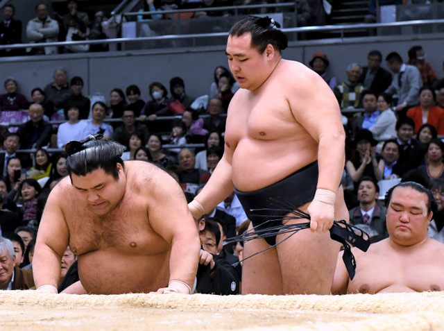 高安(左)は上手出し投げで鶴竜に敗れる=伊藤進之介撮影