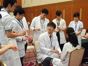 県内への医師の定着をめざし、県などが研修医を対象に開いた研修会。研修医たちは指導医(中央)の説明に熱心に耳を傾けていた=千葉市中央区